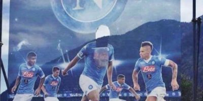 Y quitaron su cara de la imagen del equipo, en los espectaculares Foto:Twitter
