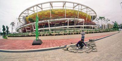 Los trabajadores reparan el suelo del Parque Olímpico, delante del Centro de Teni.