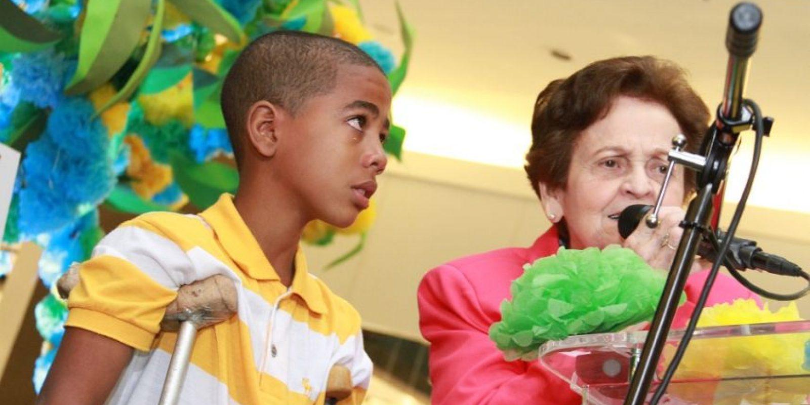 Mary Pérez de Marranzini junto a un niño que recibe ayuda en Rehabilitación. Foto:Fuente externa