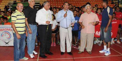El saque inaugural lo hizo de manera simultánea el presidente del Comité Olímpico Dominicano, Luis Mejía Oviedo, el presidente de la Federación Dominicana de Bádminton, Generoso Castillo, el presidente de la Federación Dominicana de Karate, José Luis Ramírez, acompañados de atletas y dirigentes de las 17 asociaciones provinciales de bádminton.