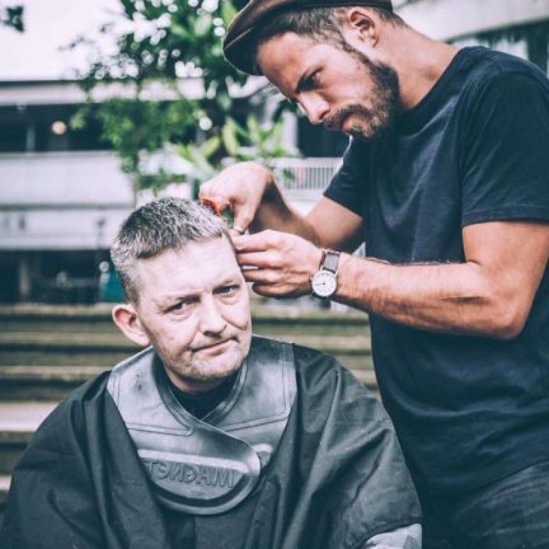 Josh Coombes dejó de ser un simple peluquero para convertirse en uno de los personajes destacados en por medios de todo el mundo Foto:Facebook: Joshua Coombes