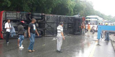 Diez personas resultan heridas al volcar autobús en autopista 6 de Noviembre