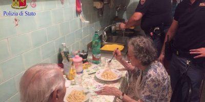 Asistieron a la pareja de ancianos y prepararon una cena improvisada Foto:facebook.com/questuradiroma