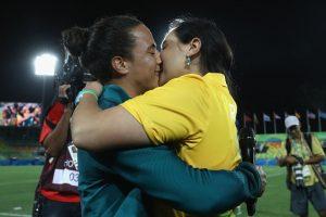 La pareja selló su compromiso con un beso Foto:Getty Images