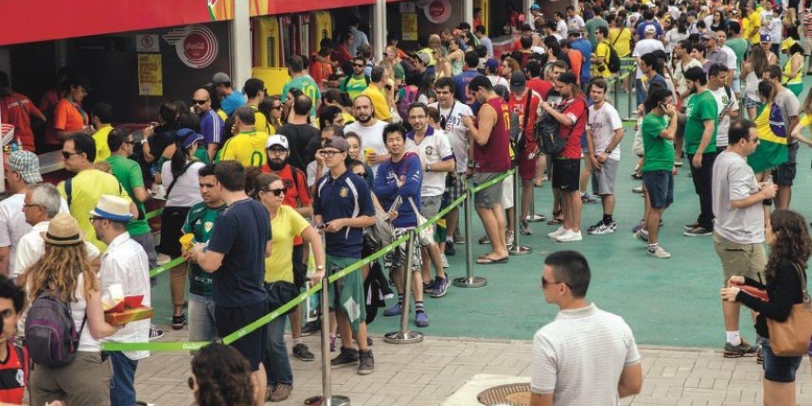 Fila de comida. Con pocas fuentes de agua potable el público sufrió para comer y beber. Foto:Metro Rio