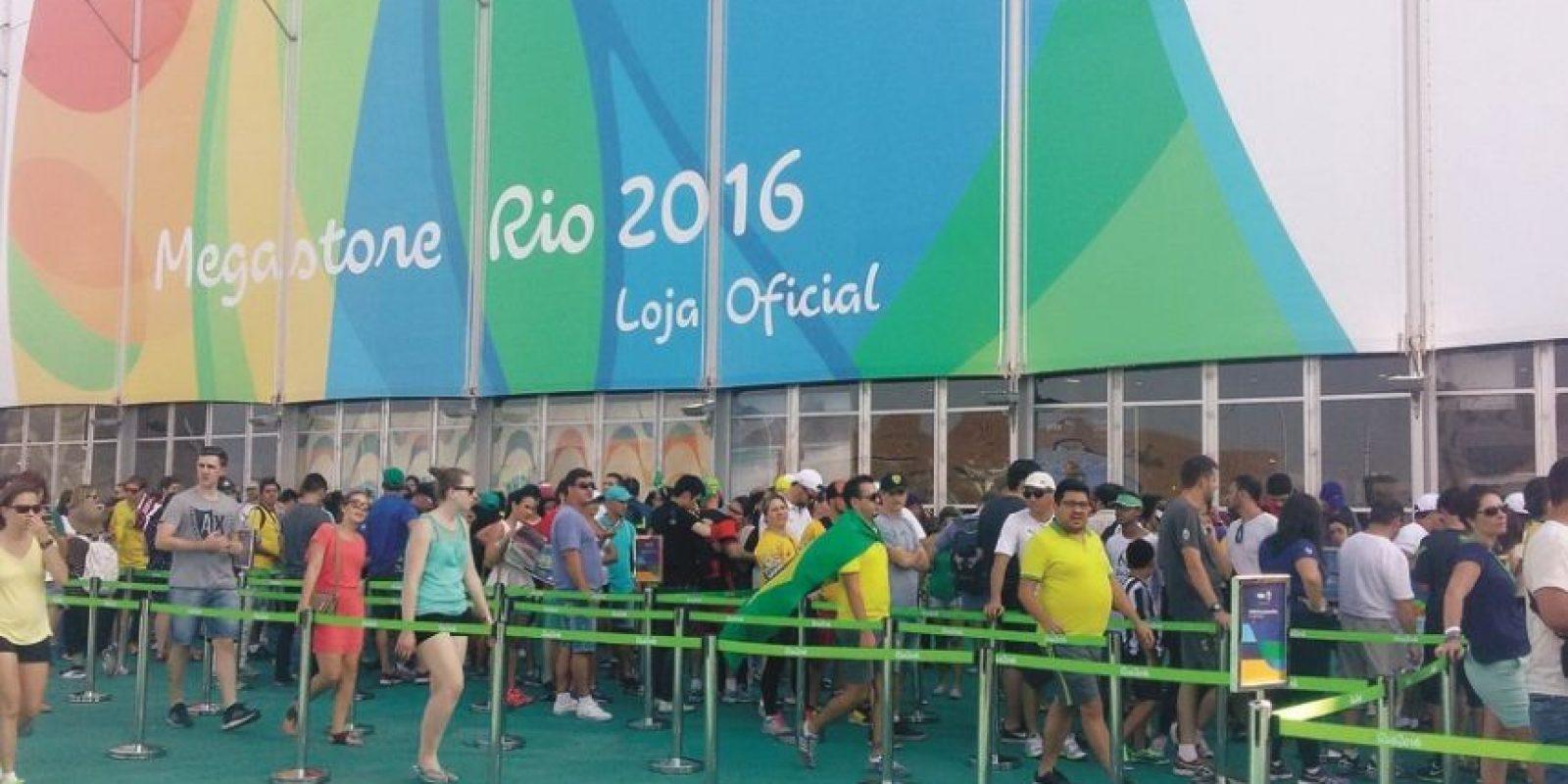 Fila de megatienda. Con pocas fuentes de agua potable el público sufrió para comer y beber. Foto:Metro Rio