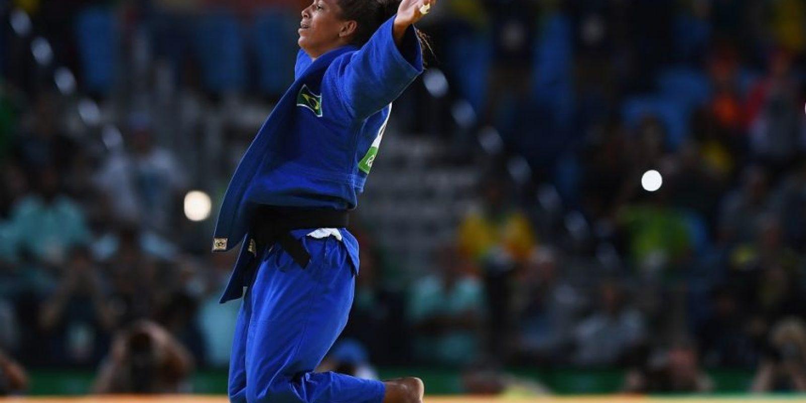 Rafaela alza los brazos tras ganar ayer. Las redes sociales explotaron con su actuación y sus seguidores subieron como espuma tras el oro olímpico. Foto:getty