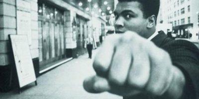 6- Muhammad Ali. Fallecido en junio pasado, es considerado el boxeador más grande de toda la historia. Sus memorables actuaciones sobre el cuadrilátero son icónicas; su labor en defensa de la igualdad y del bienestar colectivo fuera del ensogado, fueron elementos que adornaron la vida de este glorioso zurdo. Tuvo marca de 56-5, y siendo el primero en ser tres veces campeón en los pesos pesados, fue despojado de su título por negarse a participar en la guerra de Vietnam. Foto:Fuente externa