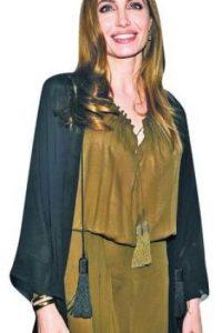 Angelina Jolie, actriz. Además de actriz de cine y televisión, esta mujer estadounidense es modelo, filántropa y guionista.A lo largo de su carrera, Jolie ha recibido múltiples reconocimientos por sus logros actorales, entre ellos un premio Óscar y tres Globos de Oro. Actualmente forma parte del Alto Comisario de las Naciones Unidas para los Refugiados. Foto:Fuente externa