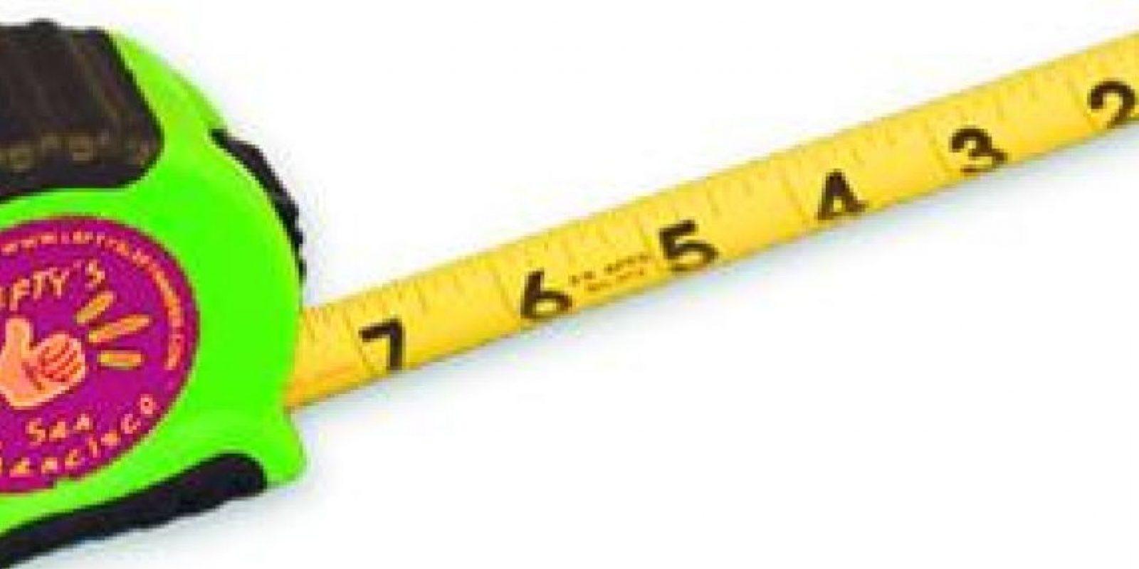 9- Objetos de medición. Tal vez para usted resulte muy fácil hacer un cuadrado con ayuda de un lápiz y una regla. Para un zurdo es una tarea tan difícil como resolver una ecuación de quinto grado ya que debe elevar la vista sobre la regla porque la mano le impide ver el trazado de la línea.Para solucionar este problema se ideó una regla con números que van de derecha a izquierda.Este mismo principio se aplica también en las cintas métricas. Foto:Fuente externa