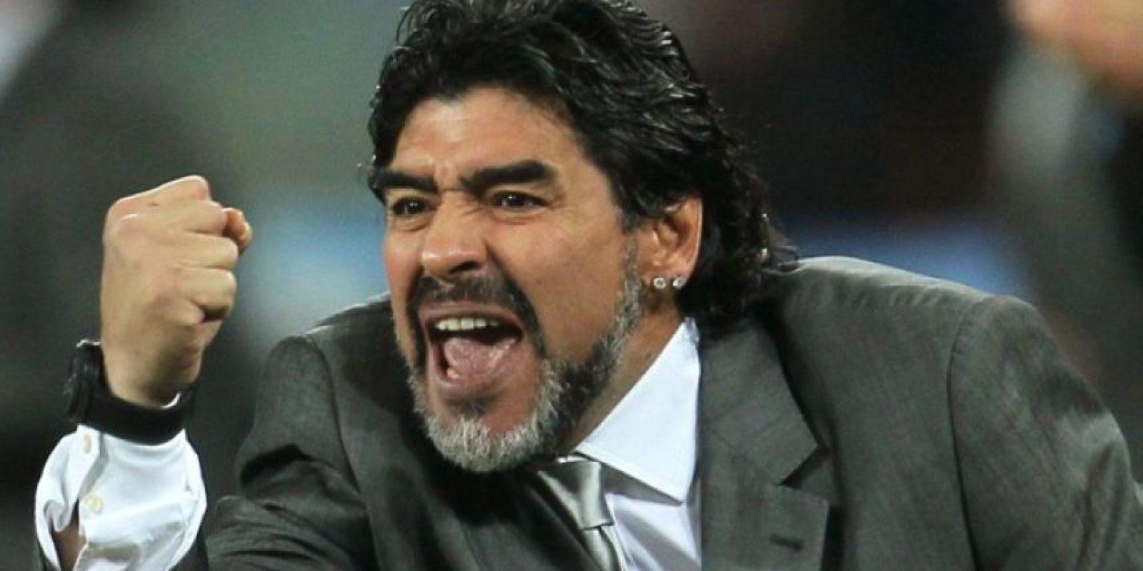 1- Diego Maradona. Junto a Pelé, es uno de los más grandes futbolistas de la historia. Este argentino, fue ganador del Mundial México 1986, en el cual fue elegido Balón de Oro, por el protagonismo que tuvo en en el triunfo de Argentina ante Inglaterra, rival deportivo y político, anotando primero un gol –con la mano–, y luego uno de los goles más bellos de los mundiales. Fue figura en el Napoli y lo sacó campeón de Italia. Foto:Fuente externa