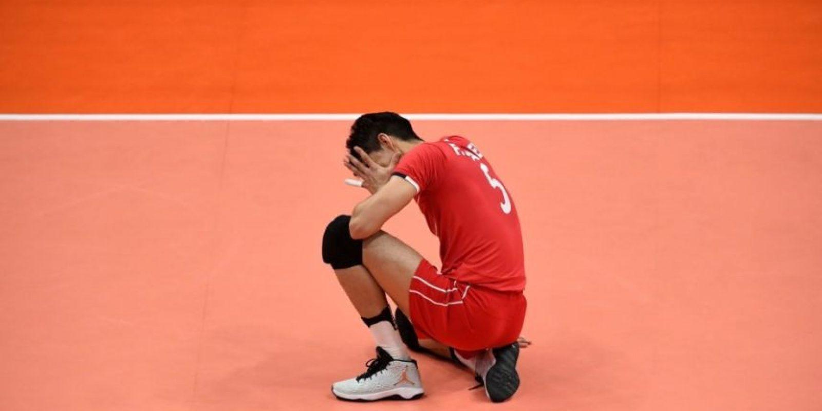 Las tristes postales de atletas derrotados en Río 2016: Así terminó el iraní Farhad Ghaemi, luego de que su selección de voleibol cayera con Argentina Foto:Ines Boubakri
