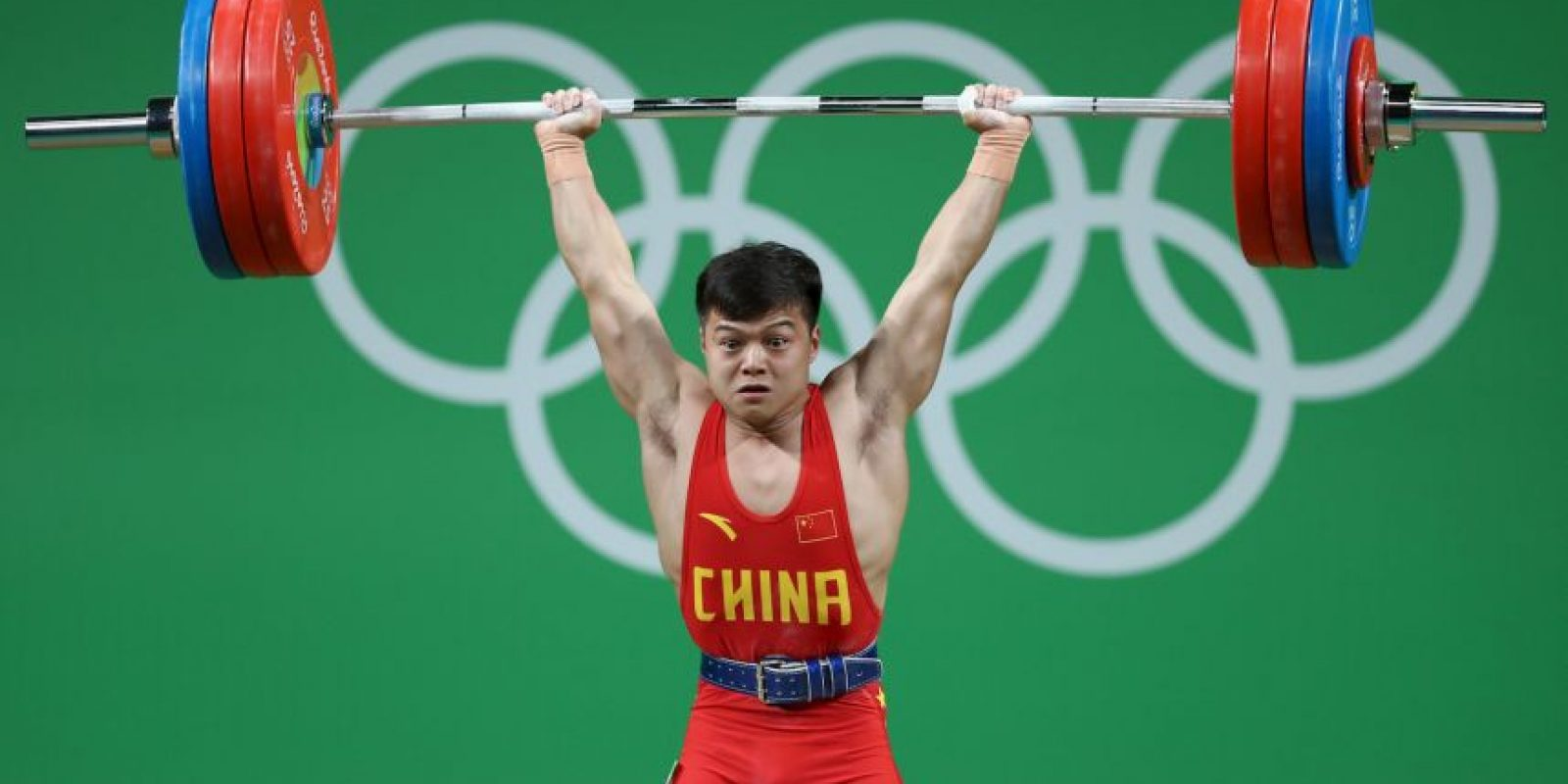 Qingquan Long. Cargo 307 kilos en levantamiento de pesas menor a 56 kilos Foto:Getty Images