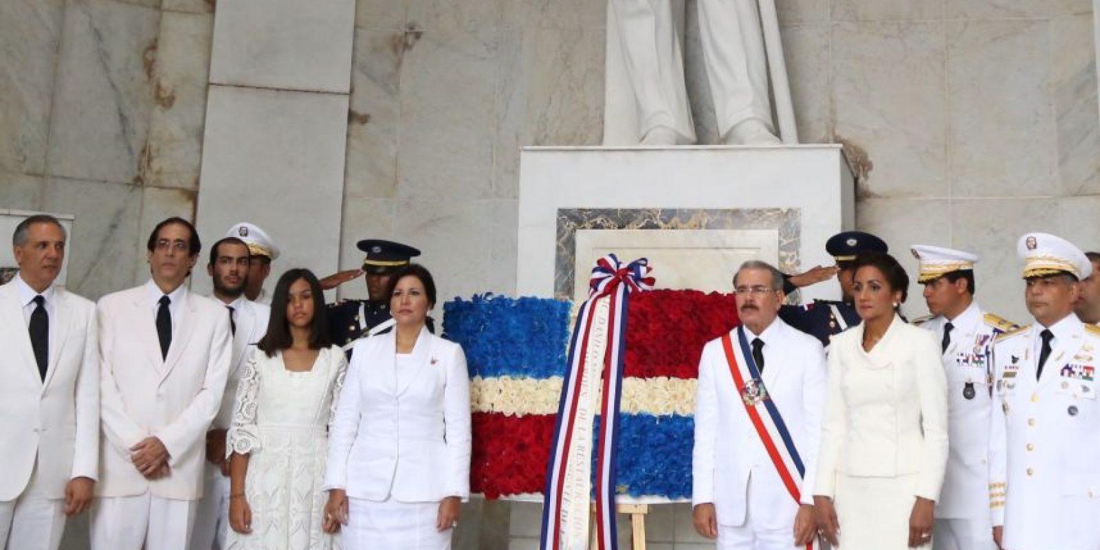 El mandatario, su familia y parte de su gabinet en una entrega floral en el Altar de la Patria Foto:Presidencia RD