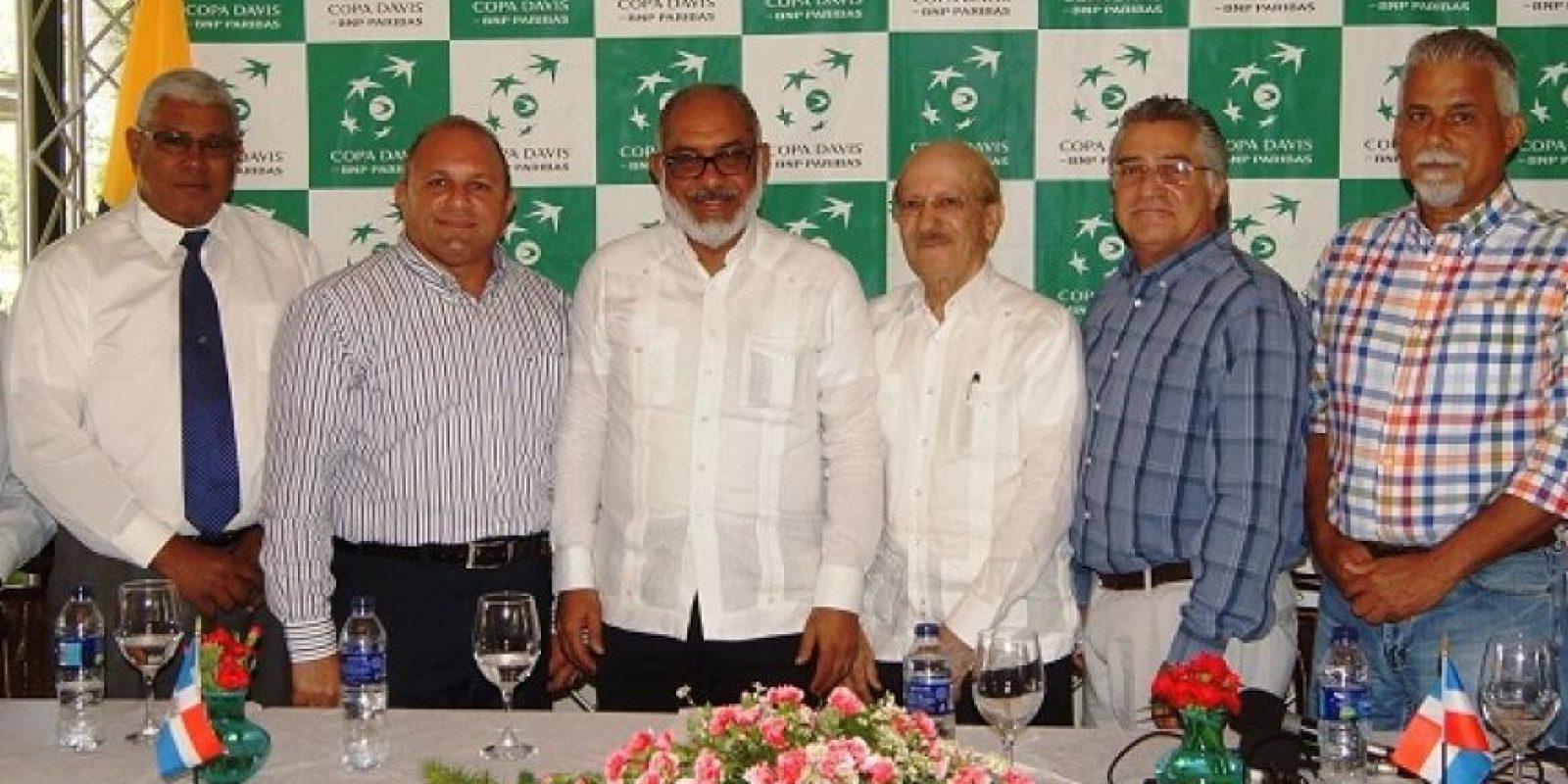 Fedor Agelán, presidente del Centro Español; Gustavo Gómez, vicepresidente de la Asociación de Tenis de Santiago (ASOTESA) y Arturo Saviñón, director de Fedotenis. Foto:Fuente externa
