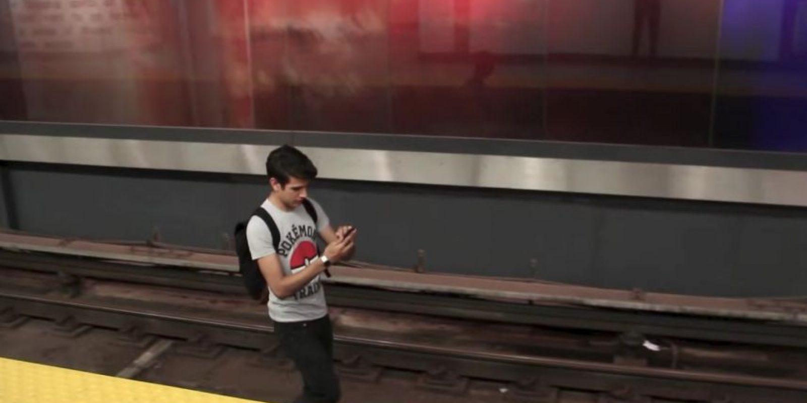 El joven saltó a las vías en búsqueda de Pokémones Foto:YouTube Noodle Boys