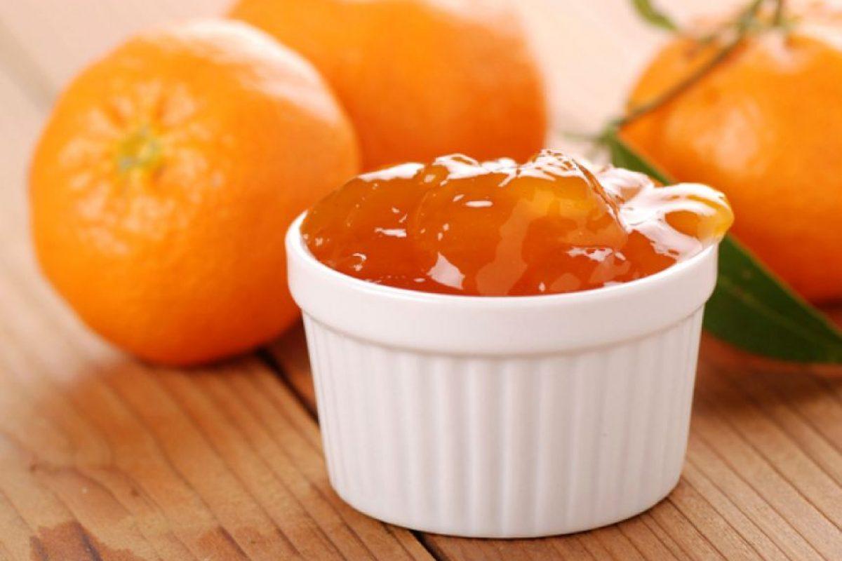 Mermeladas de cítricos Nada como despertar una mañana de domingo y encontrarse con una deliciosa montaña de panqueques para desayunar acompañados.Es una receta perfecta para aquellos que padecen de diabetes y quienes buscan controlar la ingesta de calorías sin privarse de un pequeño placer de vez en cuando. Intenta hacerla y pruébala con algunos panqueques o croissants. ¡Quedarás encantado! Ingredientes: 3 naranjas2 mandarinas400 ml de jugo de naranja7 gr de gelatina sin saborEdulcorante apto para cocinar, al gusto