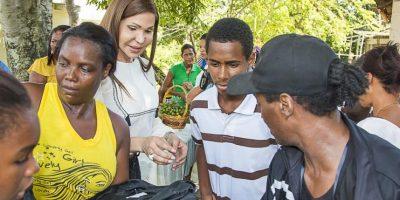 Mia Cepeda dona útiles escolares en San Cristóbal