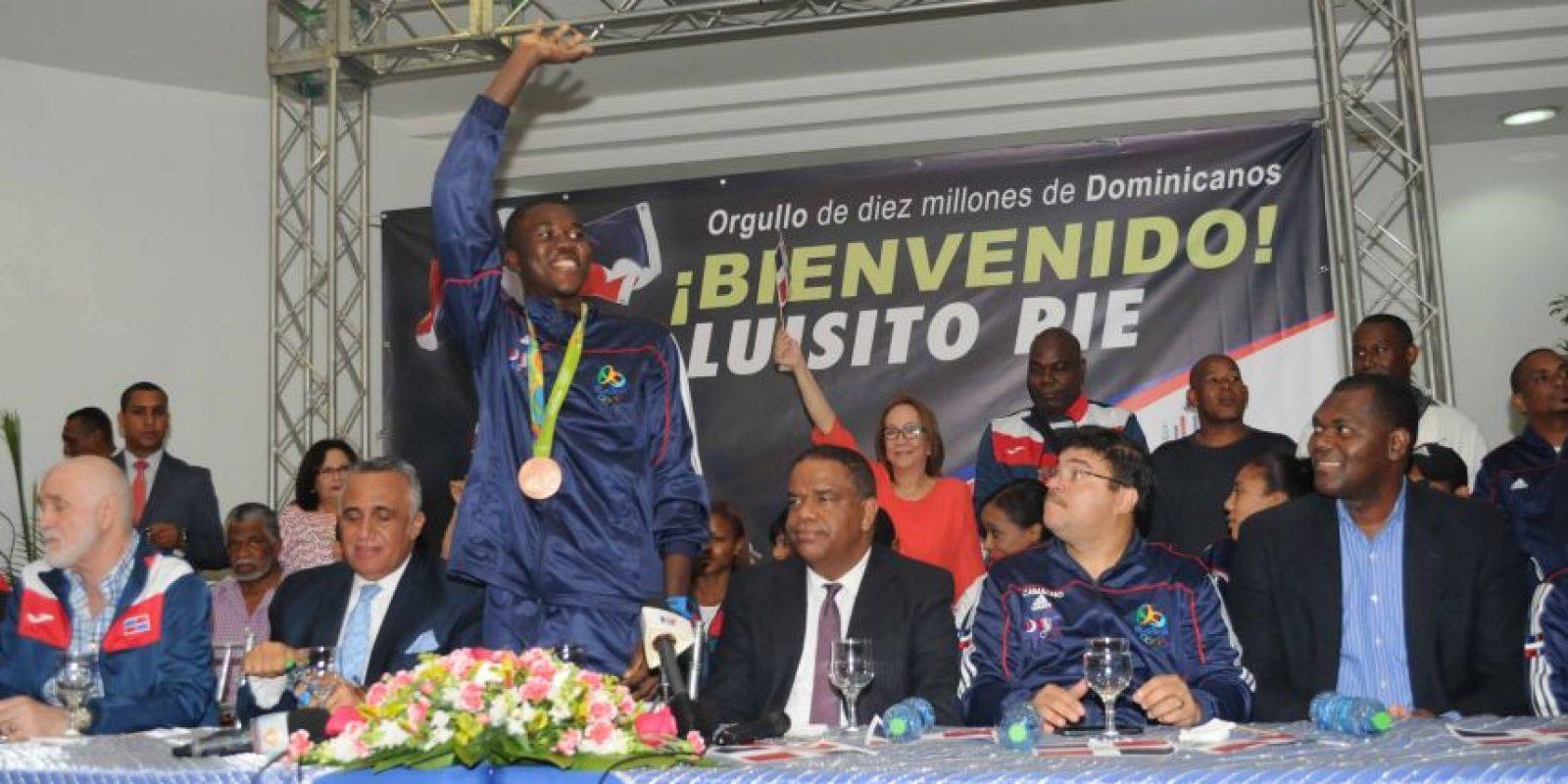 El medallista olímpico Luis Pie saluda al público. Desde la izquierda, Antonio Acosta, Luisín Mejía, Danilo Díaz, Francisco Camacho y Soterio Ramírez. Foto:Fuente externa