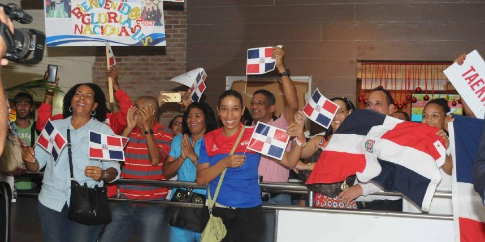 Amigos y seguidores de Luis Pie ondean banderas y aplauden al nativo de Bayaguana. Foto:Fuente externa