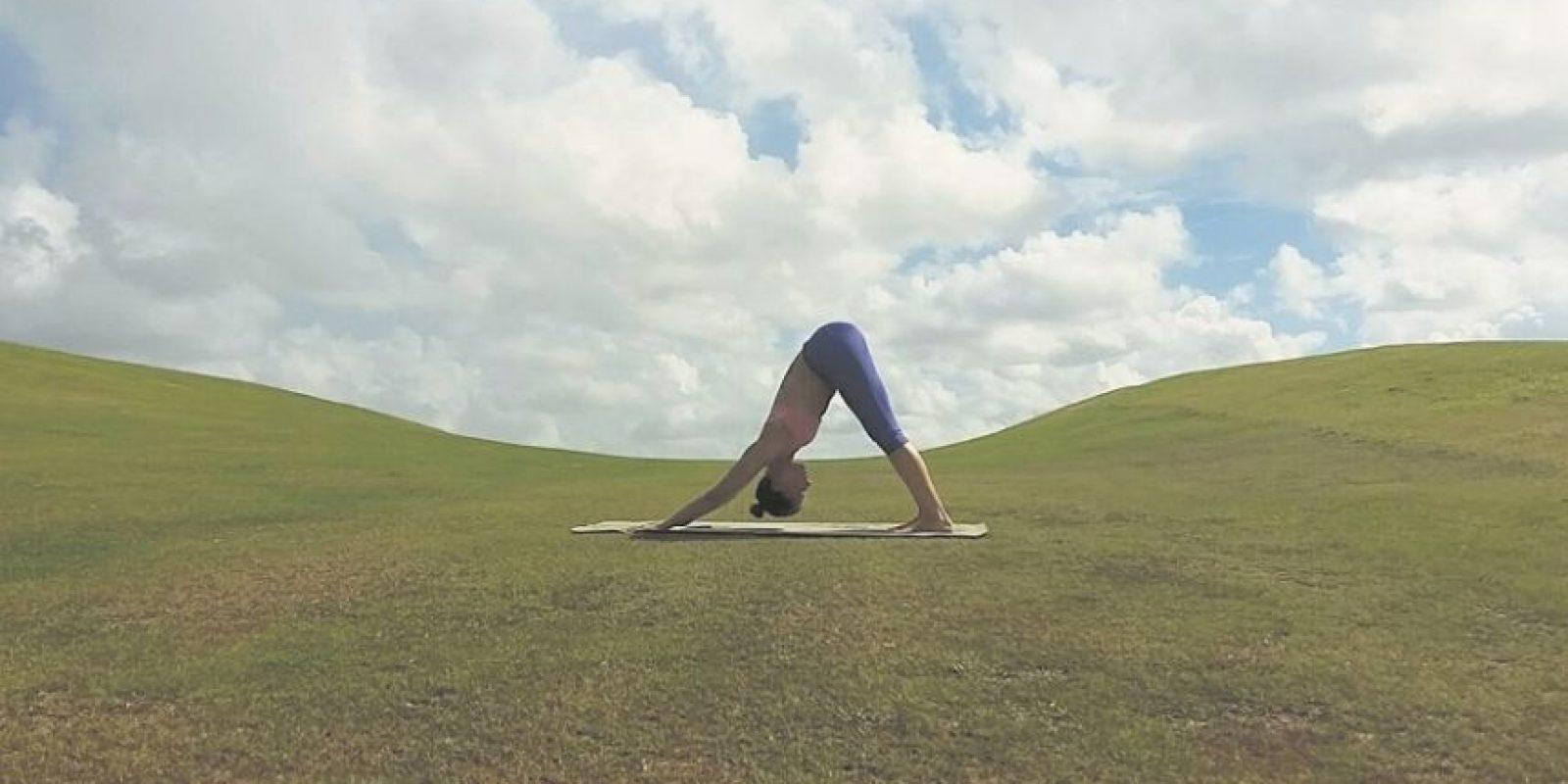1. Perro invertido. Preparación. Llevamos las manos hacia los pies al exhalar. Llevamos un pie para atrás, luego el otro. Al principio puedes doblar las rodillas un poco, pero mientras más mantienes la posición debes tratar de llevar los talones al suelo, maximizando el rango de estiramiento de los músculos utilizados (hombros, pantorrillas, hamstrings, espalda) Beneficios:• Le da calma al cerebro y nos quita el estrés.• Energiza el cuerpo• Nos ayuda con dolores menstruales• Mejora dolores de cabeza, insomnio, dolores de espalda y fatiga Foto:Fuente externa