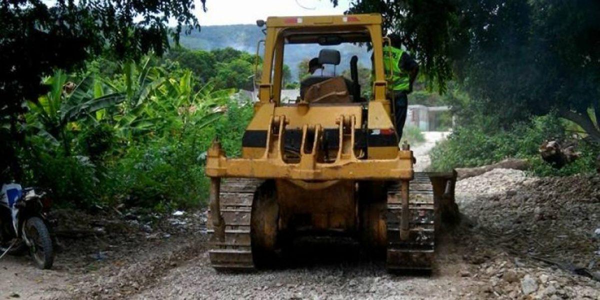 Obras Públicas rehabilita caminos vecinales en Paraíso, Barahona