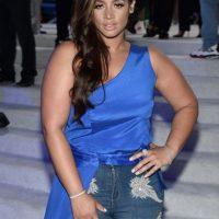 Dascha Polanco no eligió bien las piezas. El corte en la cintura la hace ver enorme. Los jeans no la favorecen. Ni qué decir del material y color del top de arriba. Foto:Getty Images