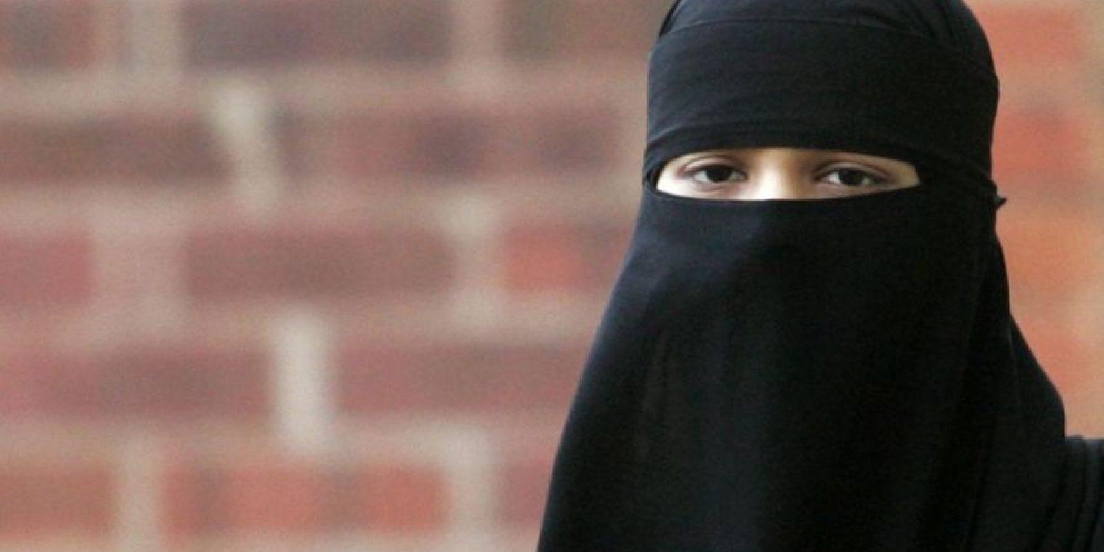 """2-El niqabEl niqab es un velo que cubre el rostro pero deja al descubierto los ojos. Sin embargo, se puede usar con un velo adicional para cubrir completamente el rostro. La raíz etimológica de esta palabra está en el término árabe """"naqaba"""", que quiere decir """"agujerear"""", porque sólo tiene dos agujeros para los ojos. Foto:Fuente Externa"""