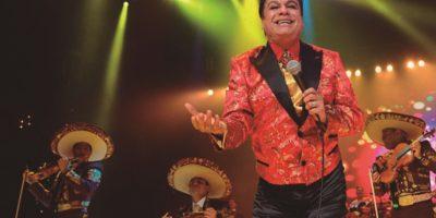 Al subir al escenario, Juan Cabriel optó con frecuencia por el colorido en la moda. Foto:Fuente Externa