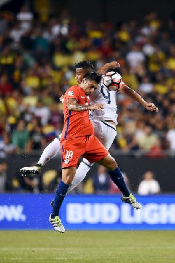 Gonzalo Jara fue baja de la Selección de Chile por un desgarro del bíceps femoral, que lo tendrá fuera por un mes Foto:Getty Images