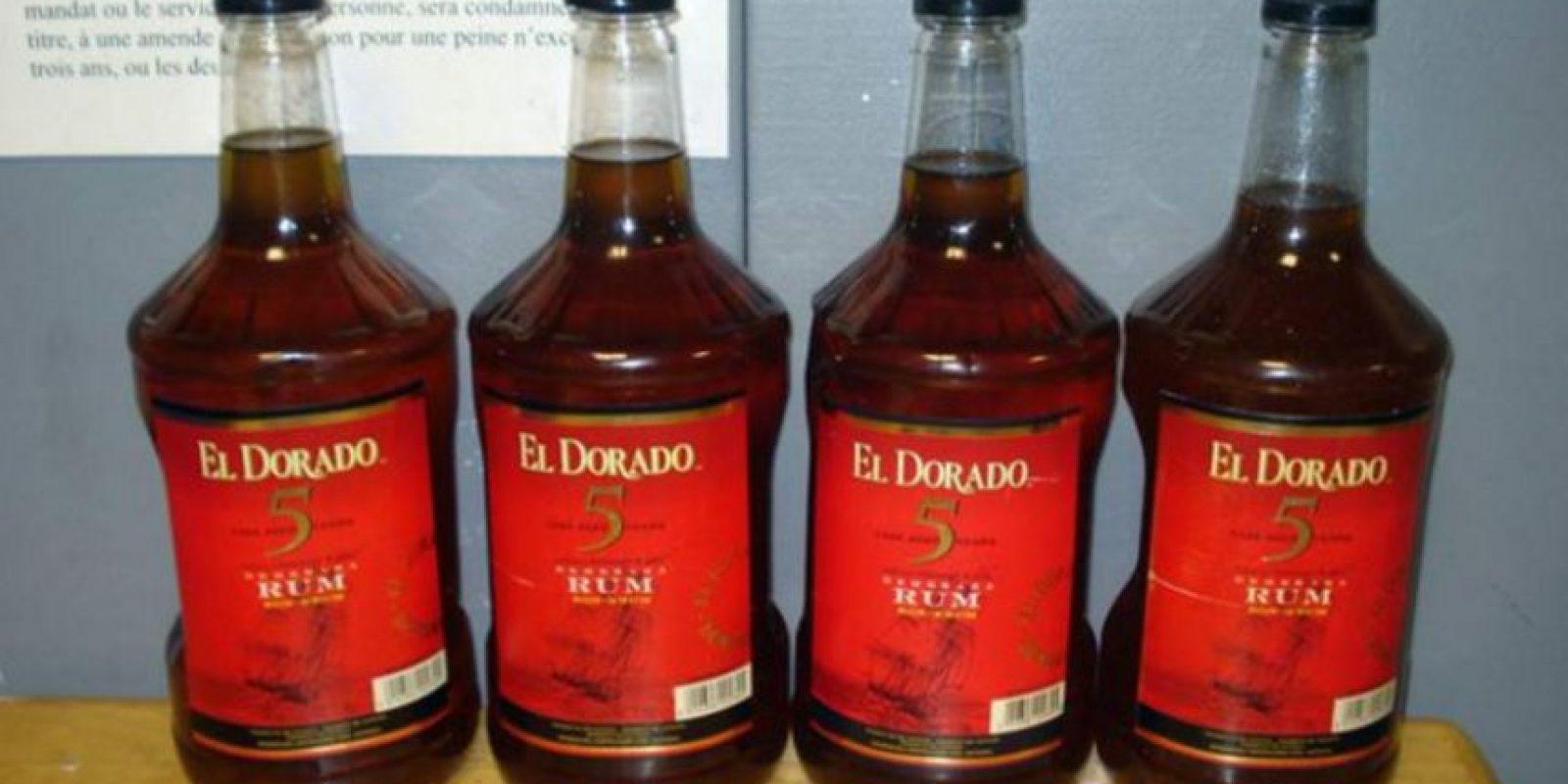 Para transportar drogas como la cocaína, los traficantes los mezclan con disolventes y rellenan botellas que simulan ser de de uso comercial. Foto:AFP