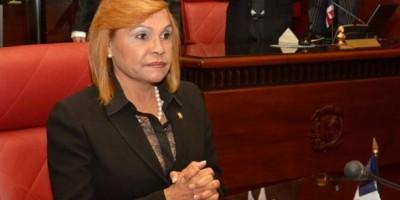 Crean fondo para subvencionar botellas de agua a senadora Sonia Mateo