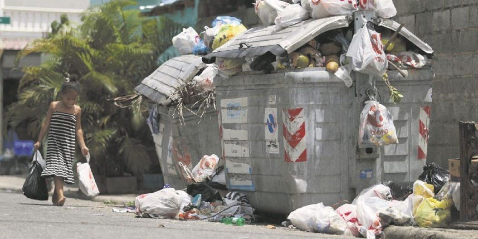 Los niños, enviados por sus padres a botar la basura, debido a su baja estatura se ven también en la necesidad de tirar los desechos sólidos en el suelo. Foto:Roberto Guzmán