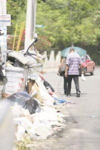 La basura en las aceras obliga a las personas a caminar por las calles. Foto:Roberto Guzmán