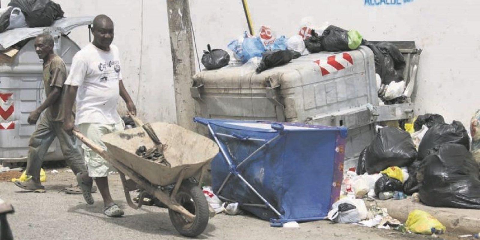 """Acusan a los """"buzos"""" –quienes buscan entre la basura– de tirar los desechos fuera de los contenedores Foto:Roberto Guzmán"""