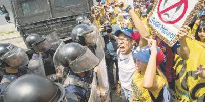 Opositores y chavistas marcharon en Venezuela en pugna por referendo