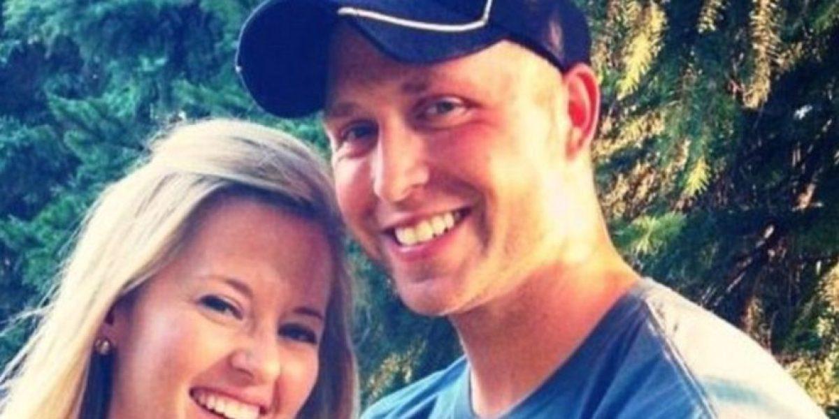 Pareja espera 9 años para abrir conmovedor  regalo de bodas