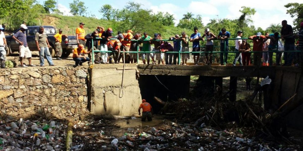 Buscan a un hombre y su hija arrastrados por un arroyo desbordado en Santiago