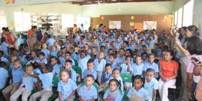 Ejecutivos de Industrias San Miguel  entrega útiles escolares en Santiago Rodríguez