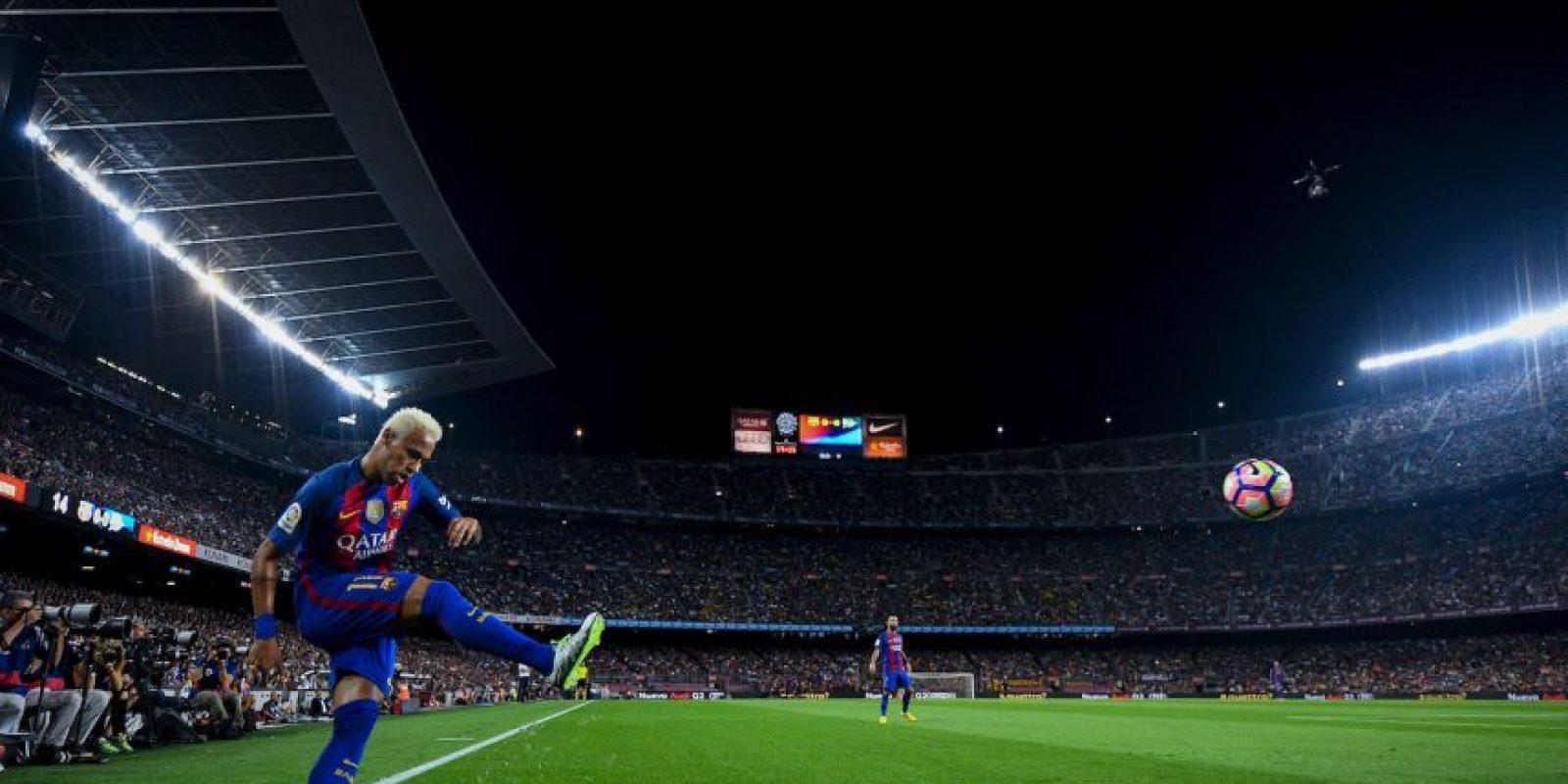 Getty Images Foto:PSG le ofreció a Neymar 40 millones de euros, un jet privado y una cadena de hoteles para convencerlo.