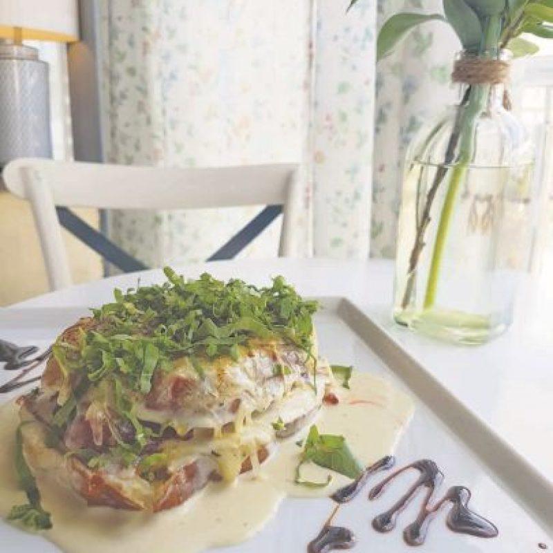 Croque Monsieur. Esta es otra de las opciones que probamos. Se trata de un sándwich de queso danés, jamón de pavo y chutney de tomate en pan campesino, gratinado y bañado en salsa bechamel. Foto:Fuente externa
