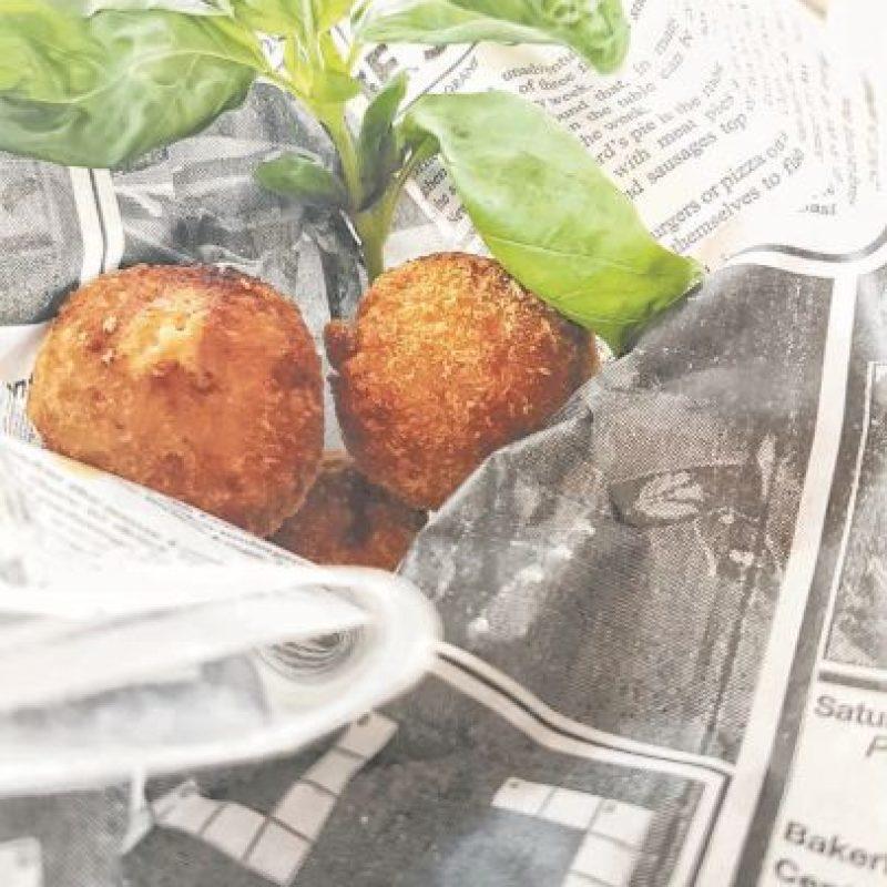 ¿Alitas picantes? No lo parecen, pero estas croquetas guardan un secreto: son hechas de alitas de pollo picantes, acompañadas de alioli de queso azul y Spicy Mayo. Foto:Fuente externa