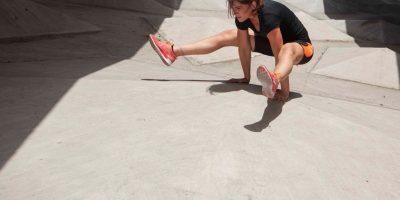 EKA PADA RAJAKAPOTASANA o Mermaid pose. Aunque parece muy similar a la posición de la Paloma Real, tiene diferencias significativas. Beneficios: • Mejora la fuerza de los músculos de la pelvis. • Alivia el dolor de espalda y los dolores del nervio ciático. • Ayuda a mejorar el equilibrio. • Fortalece los hombros y el pecho. • Regulariza el funcionamiento del sistema digestivo. • Los músculos de la espalda baja estarán más flexibles y fuertes, además de vigorizar los cuádriceps y los flexores de la cadera. Foto:Fuente externa