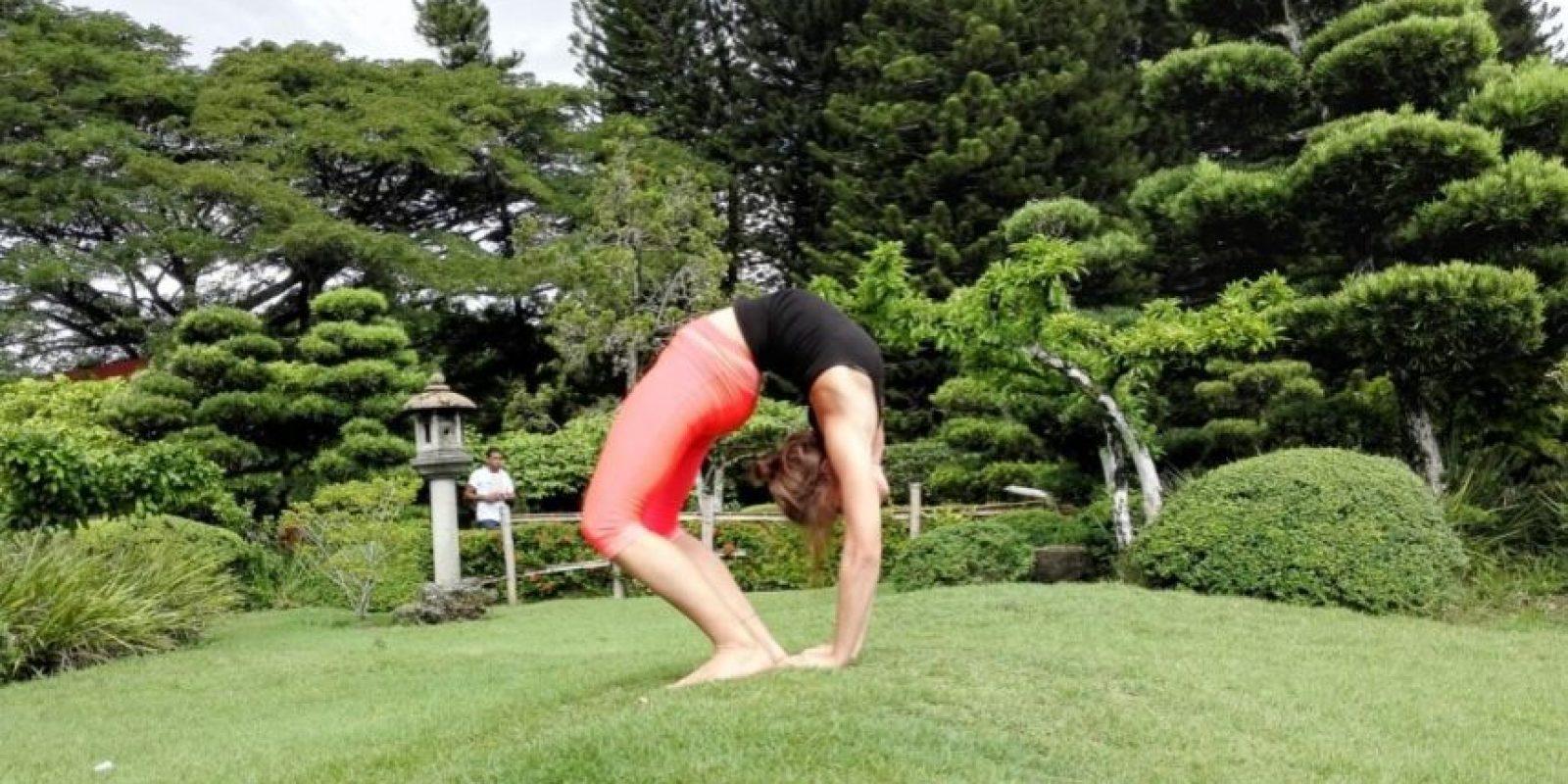 URDHVA DHANURASANA. Upward Bow (Wheel) Pose. Esta posición se focaliza en la fuerza, la resistencia muscular, la flexibilidad y la respiración. Beneficios: • Ensancha el pecho y los pulmones • Fortalece los brazos y las muñecas, las piernas, los glúteos, el abdomen y la columna vertebral. • Estimula la tiroides y la hipófisis. • Aumenta la energía y contrarresta la depresión. • Terapéutico para el asma, dolor de espalda, la infertilidad y osteoporosis. Foto:Fuente externa
