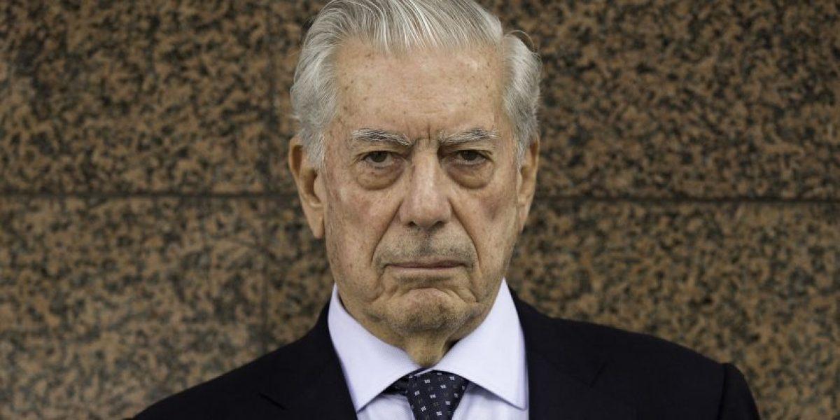 Organizaciones de Santiago protestan por premio al escritor Vargas Llosa