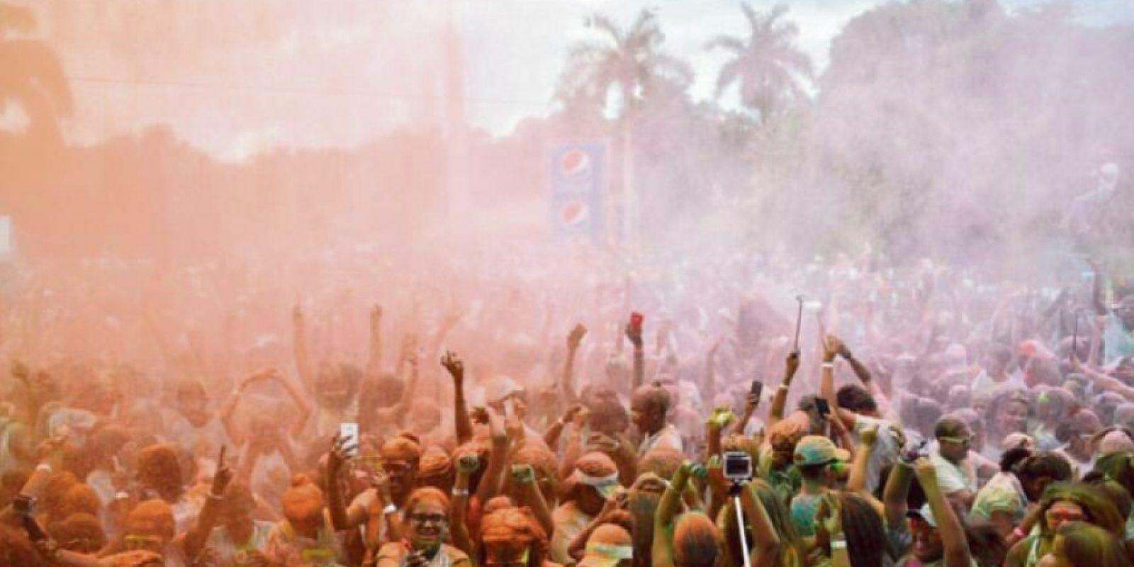 El Holi Sun Festival ofreció al público buena música, juegos, y por supuesto, una lluvia de colores. Fuente externa