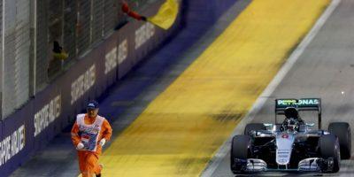 Comisario desafía a la muerte en carrera de Fórmula 1