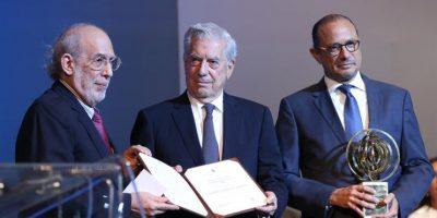 RD entrega premio a Vargas Llosa, el escritor que comparó el país con la Alemania nazi