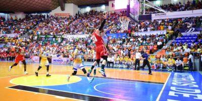 MJ. Rheet encesta el balón durante el encuentro escenificado en la Arena del Cibao. Foto:Fuente Externa