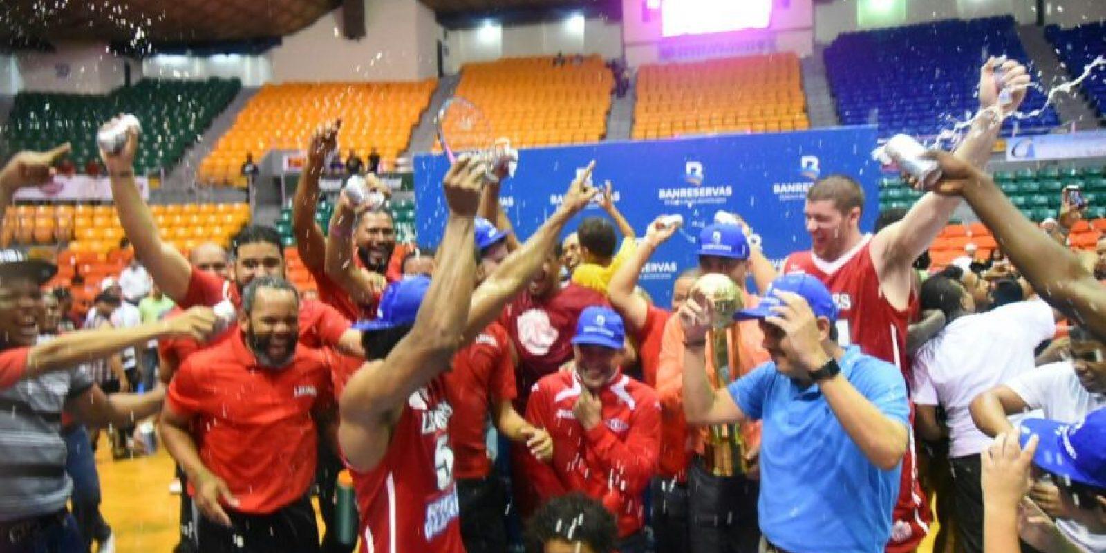 Jugadores y directivos de los Leones celebran la conquista de la Copa Banreservas. Foto:Fuente Externa